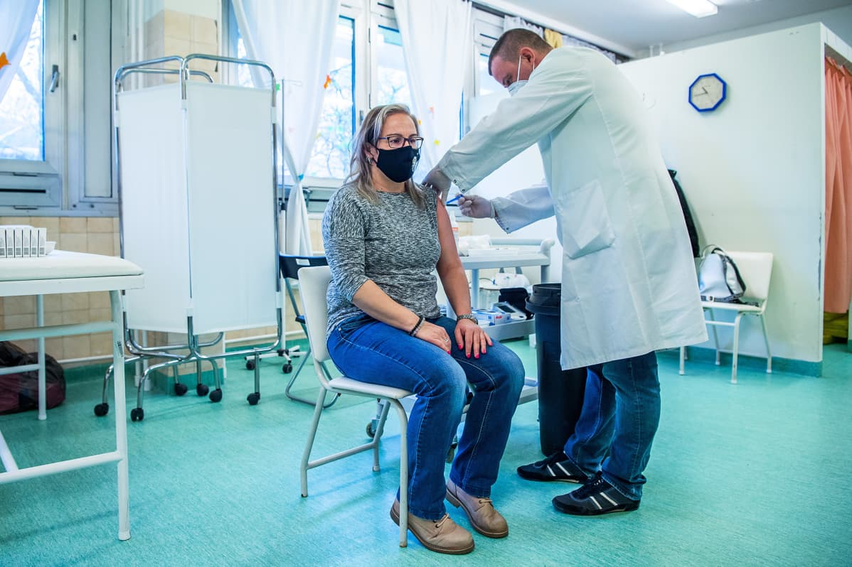 Nainen saa koronarokotteen Saint Margitin sairaalassa Budapestissa.