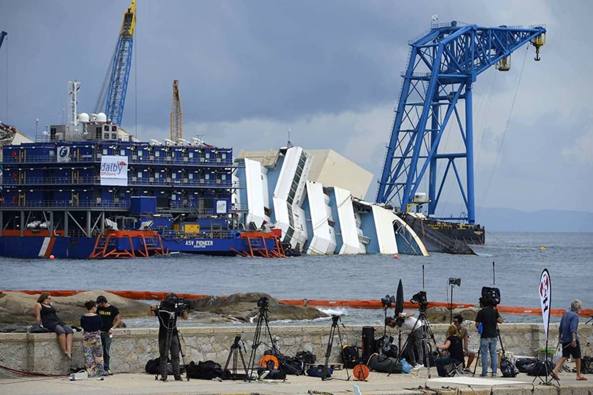 Journalisteja seuraamassa Costa Concordian nostoyrityksen valmistelua.