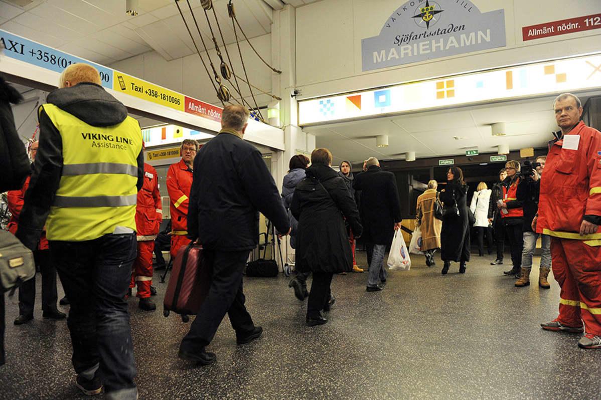 Matkustajia saapuu Maarianhaminaan.