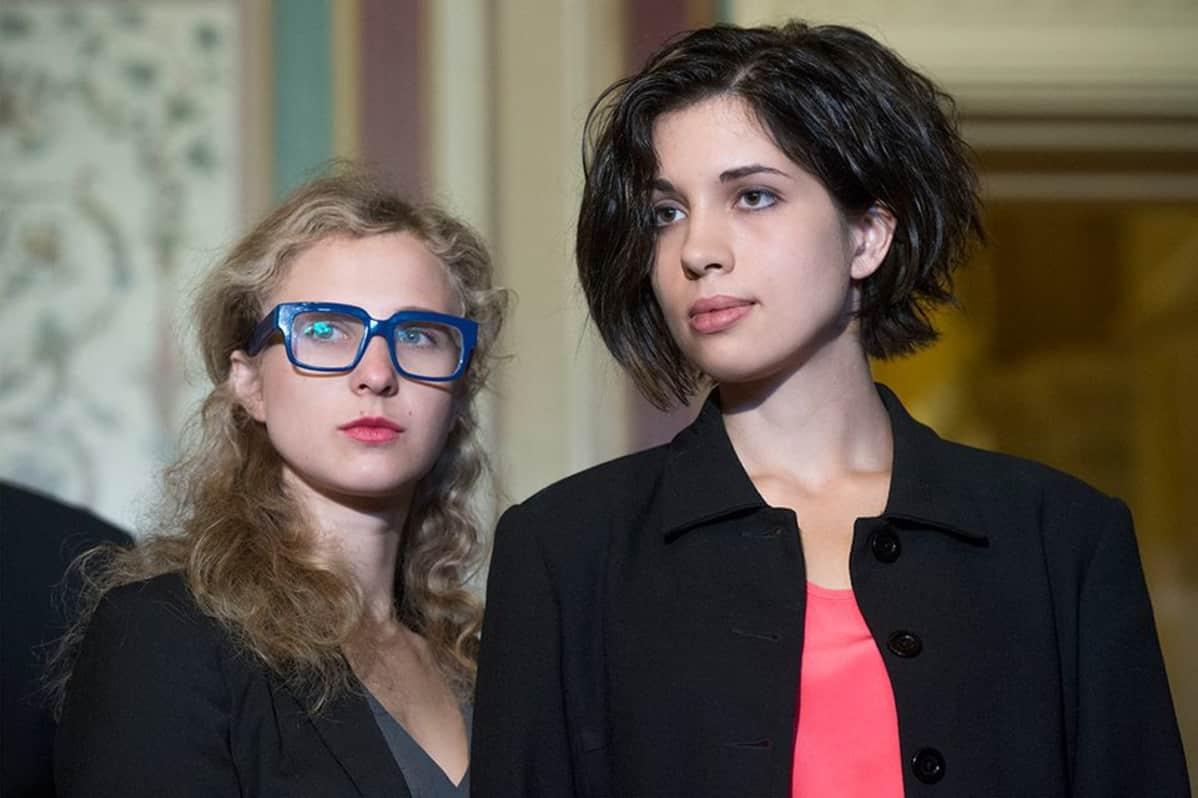 Pussy Riotin jäsenet Maria Aljohina (vasemmalla) ja Nadežda Tolokonnikova vierailulla Washingtonissa 6. toukokuuta 2014.