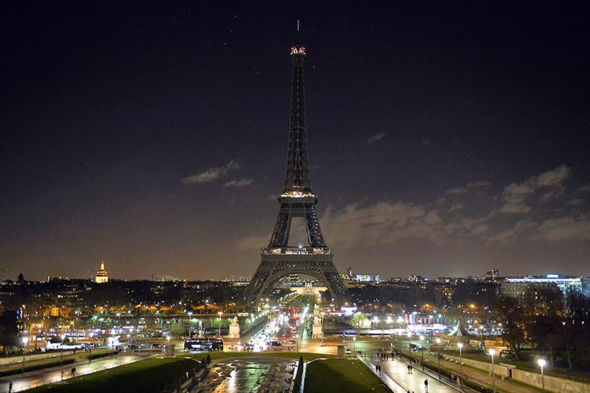 Eiffel-torni pimeänä