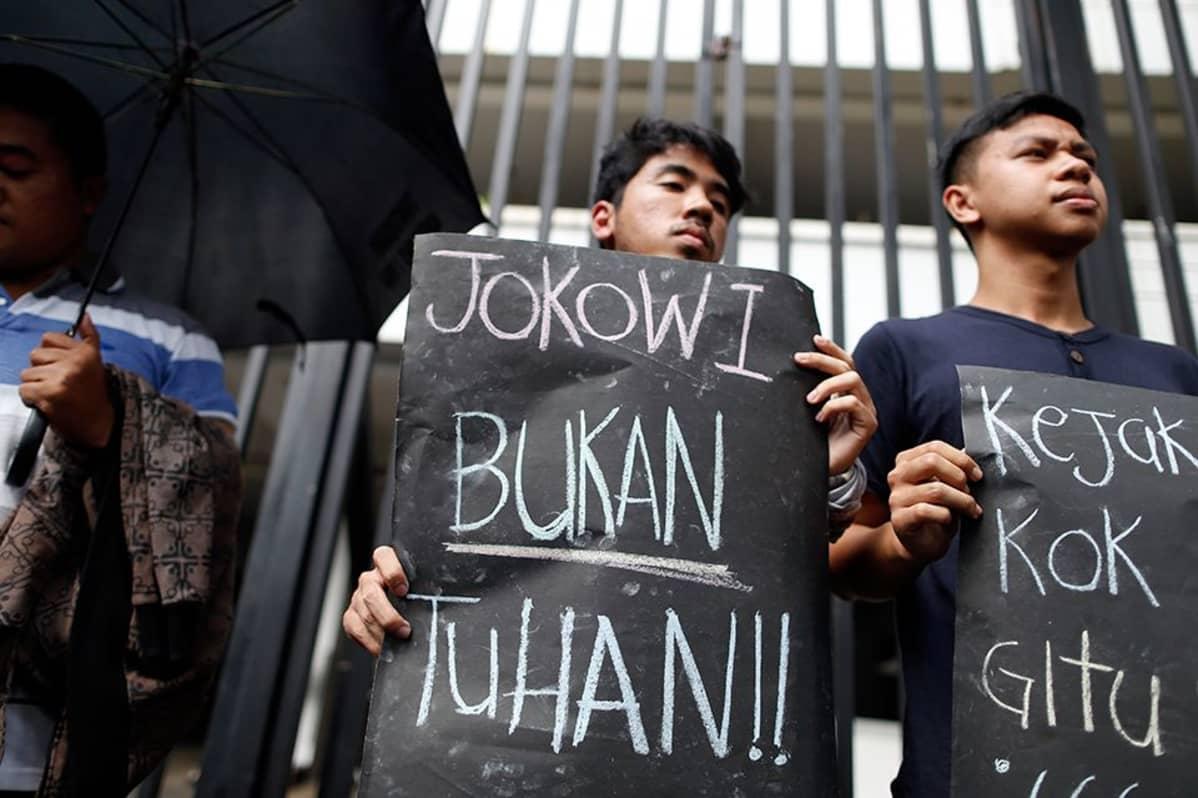 Indonesialainen aktivisti osoittaa mieltään teloituksia vastaan.