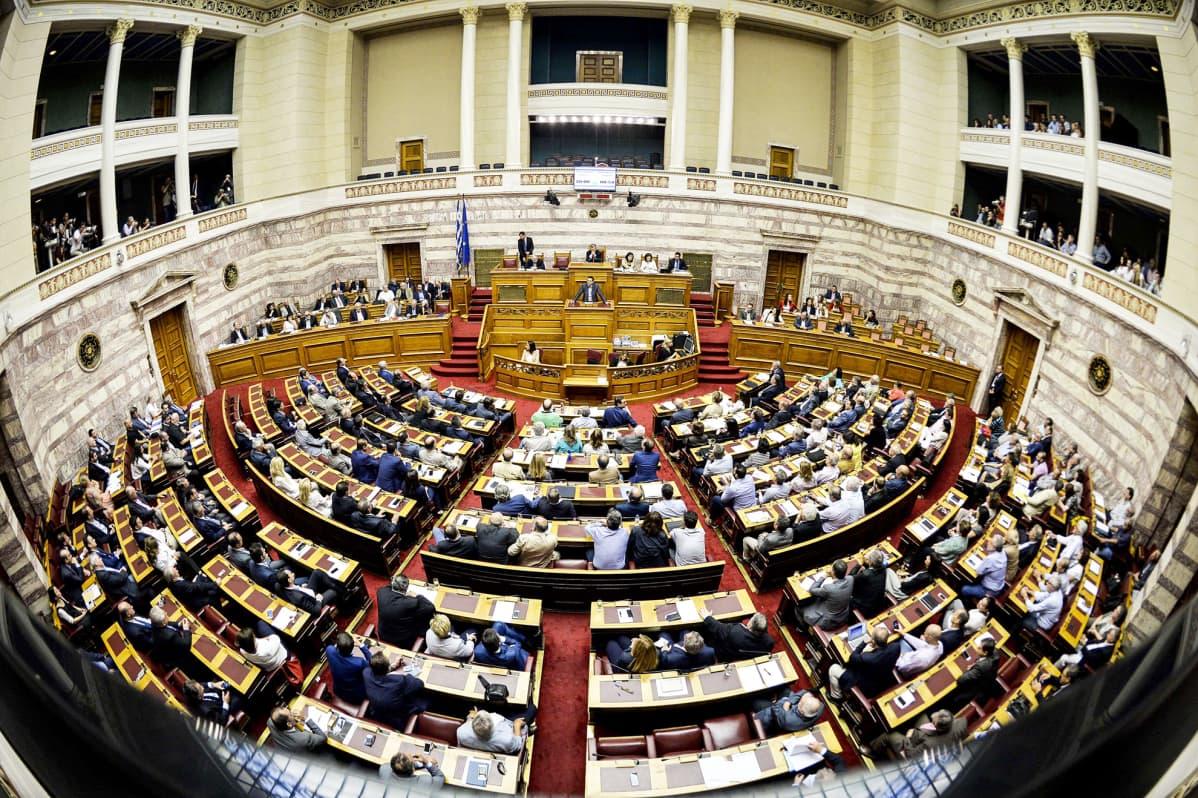 Kuvassa Kreikan pääministeri puhuu maan parlamentille 10. heinäkuuta Ateenassa.