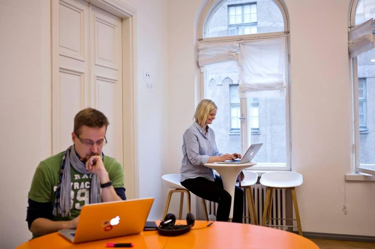 mies ja nainen työskentelevät kannettavalla tietokoneella