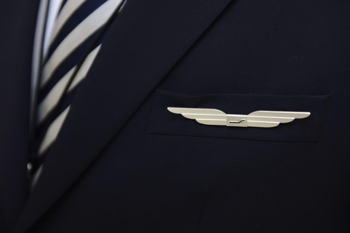 Finnairin rintaneula.
