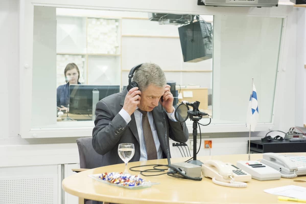 Tasavallan presidentti valmistautui vastaamaan kuuntelijoiden kysymyksiin Yle Radio 1:n vieraana 5. joulukuuta.