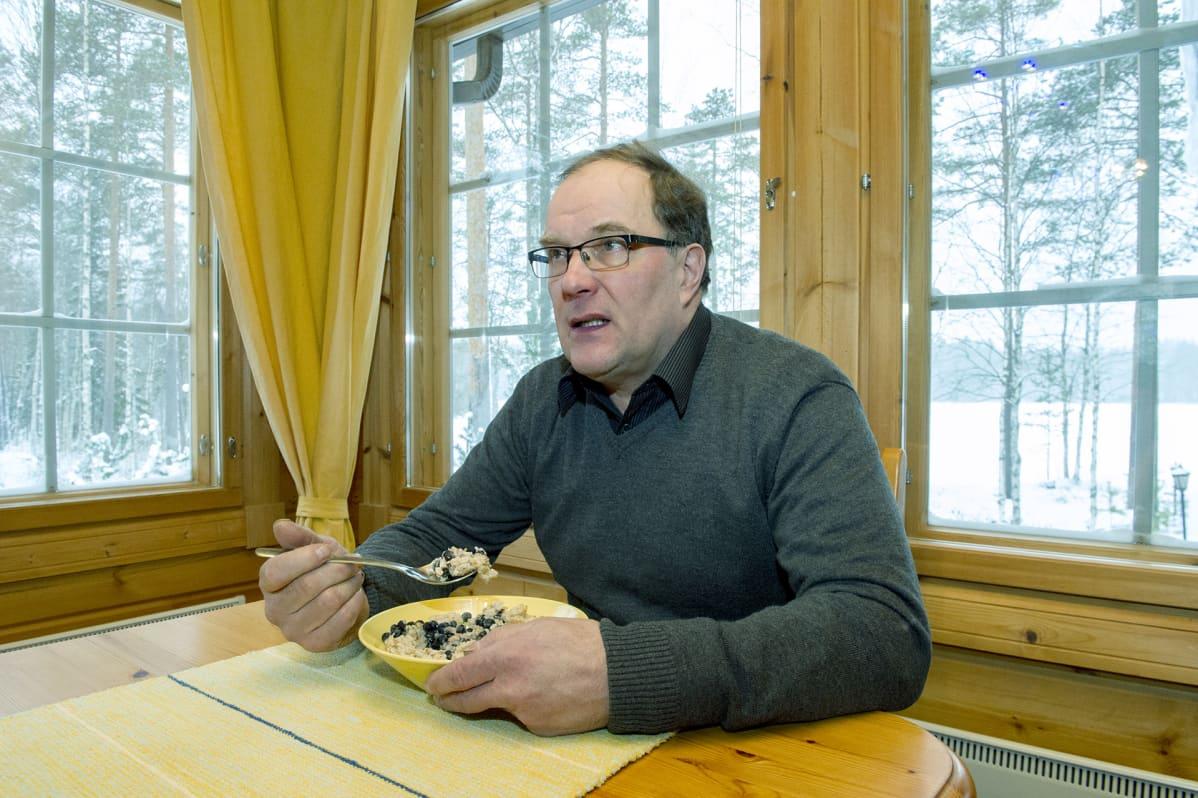 Rauno Hännikäinen puuroaterialla.