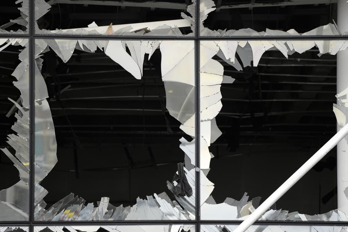 Zaventemin lentokentän rikkoutuneet ikkunat 23. maaliskuuta tapahtuneen iskun jäljiltä.