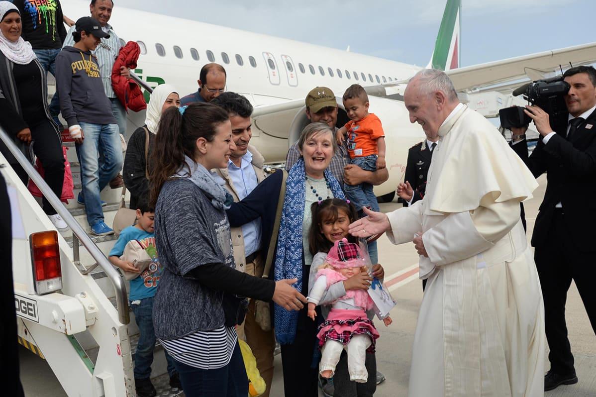 Paavi Franciscuksen yksityiskoneessa Vatikaaniin lentäneet syyrialaispakolaiset.