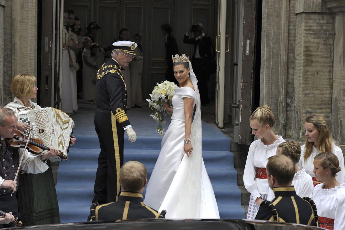 Kuningas Kaarle Kustaa saattaa kruununprinsessa Victorian kirkkoon.