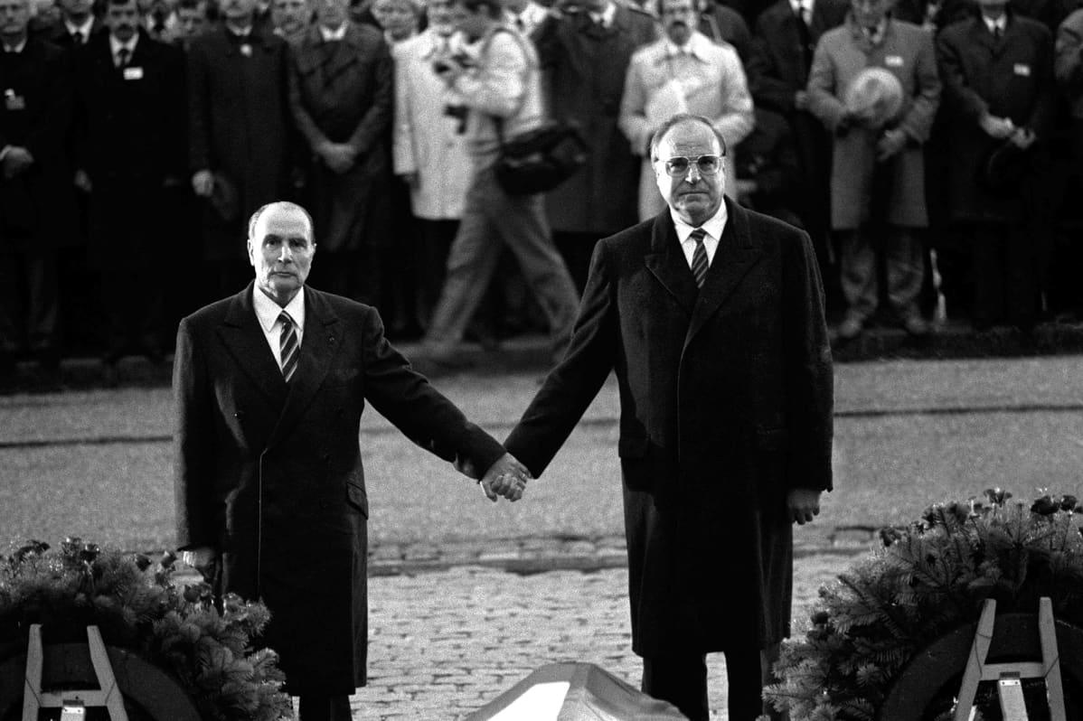 Ranskan presidentti François Mitterrand ja Saksan liittokansleri Helmut Kohl Verdunissa 22. syyskuuta 1984.