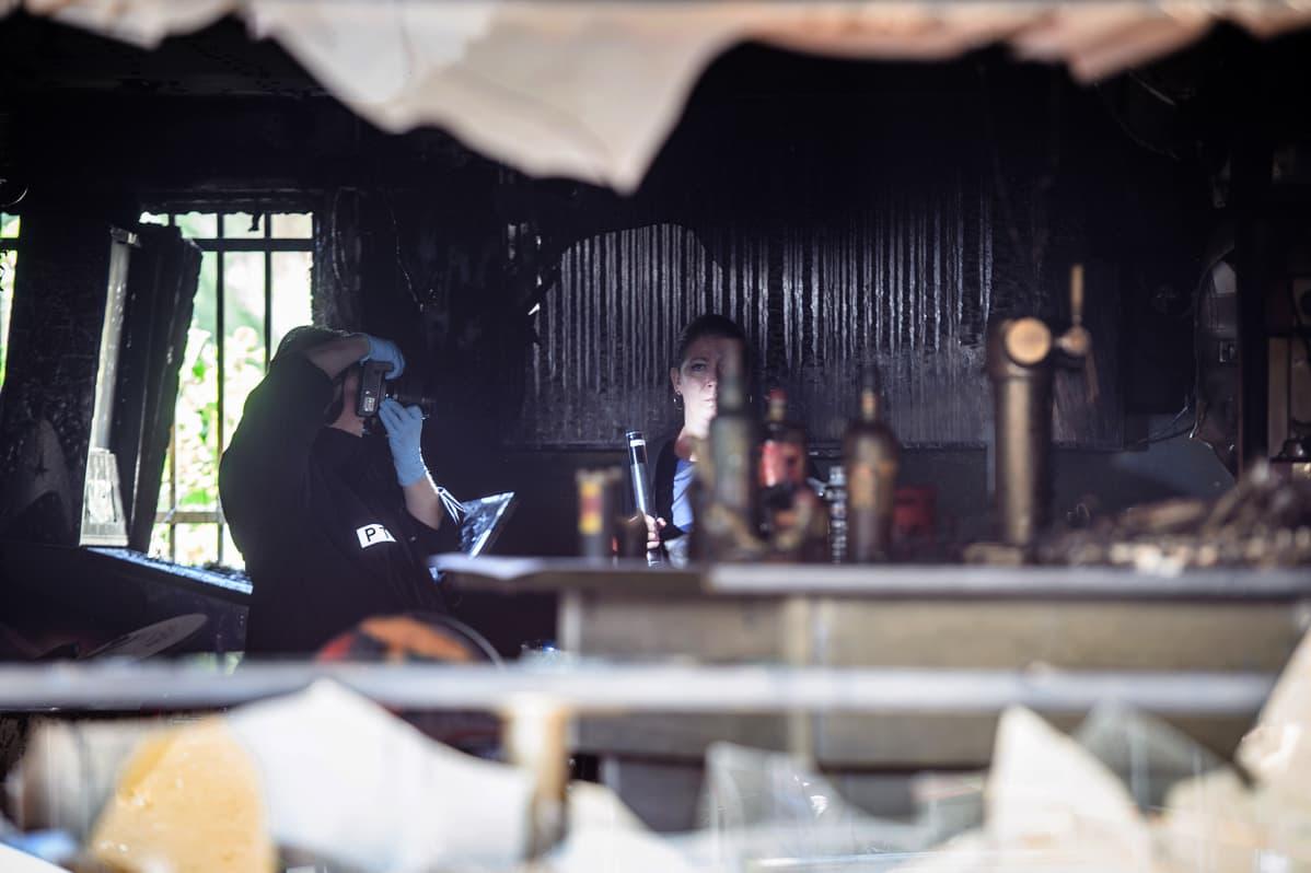 Poliisi tutkii Au Cuba Libre -baarin sisätiloja tulipalon jälkeen Rouenissa, Ranskassa, 6. elokuuta.