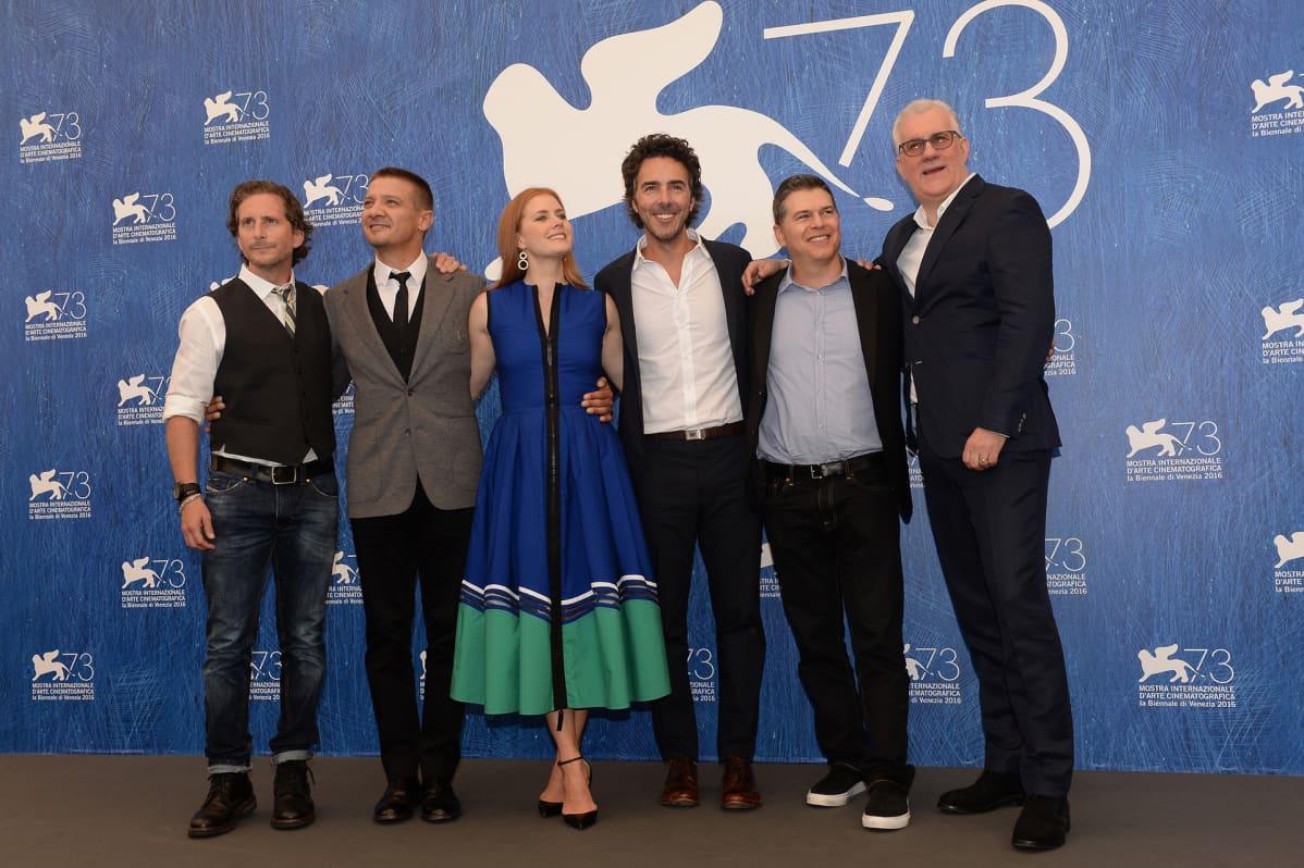 Arrival-elokuvan tekijöitä Venetsian elokuvajuhlilla.