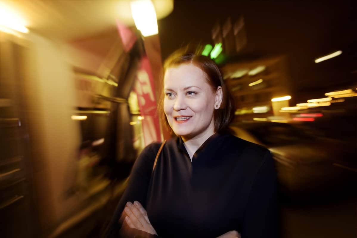 Feministisen puolueen puheenjohtaja Katju Aro matkalla puolueen vaalivalvojaisiin kunnallisvaalien vaalipäivänä Helsingissä 9. huhtikuuta.