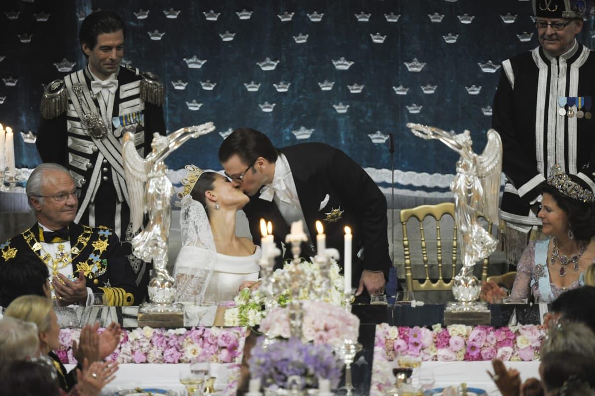 Seisova Daniel on kumartunut suutelemaan Victoriaa.
