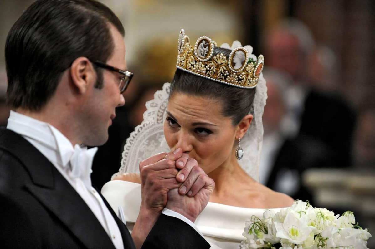 Victoria antaa Danielille käsisuudelman.