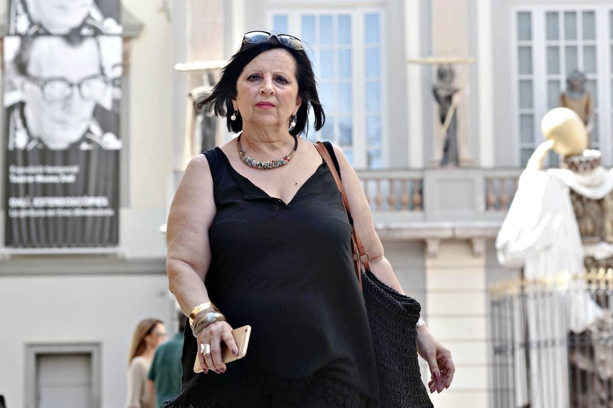 Pilar Abel kävelee Salvador Dalín itselleen rakennuttaman museon edessä 26. kesäkuuta 2017.