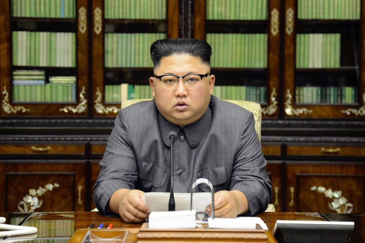 Pohjois-Korean uutistoimiston KCNA:n välittämä kuva tiedotustilaisuudessa puhuvasta Kim Jong-unista.