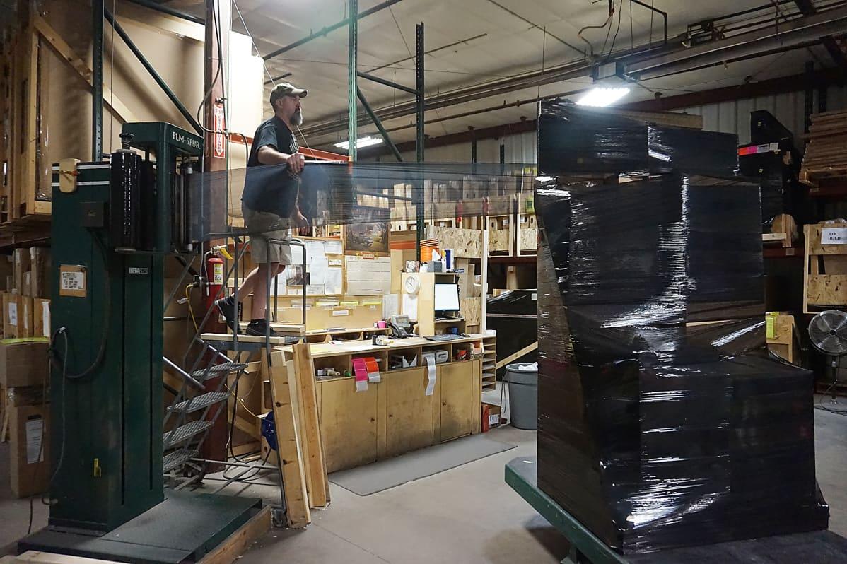 TyloHelon tehtaalla Cokatossa pakataan saunaa kuljetusta varten.