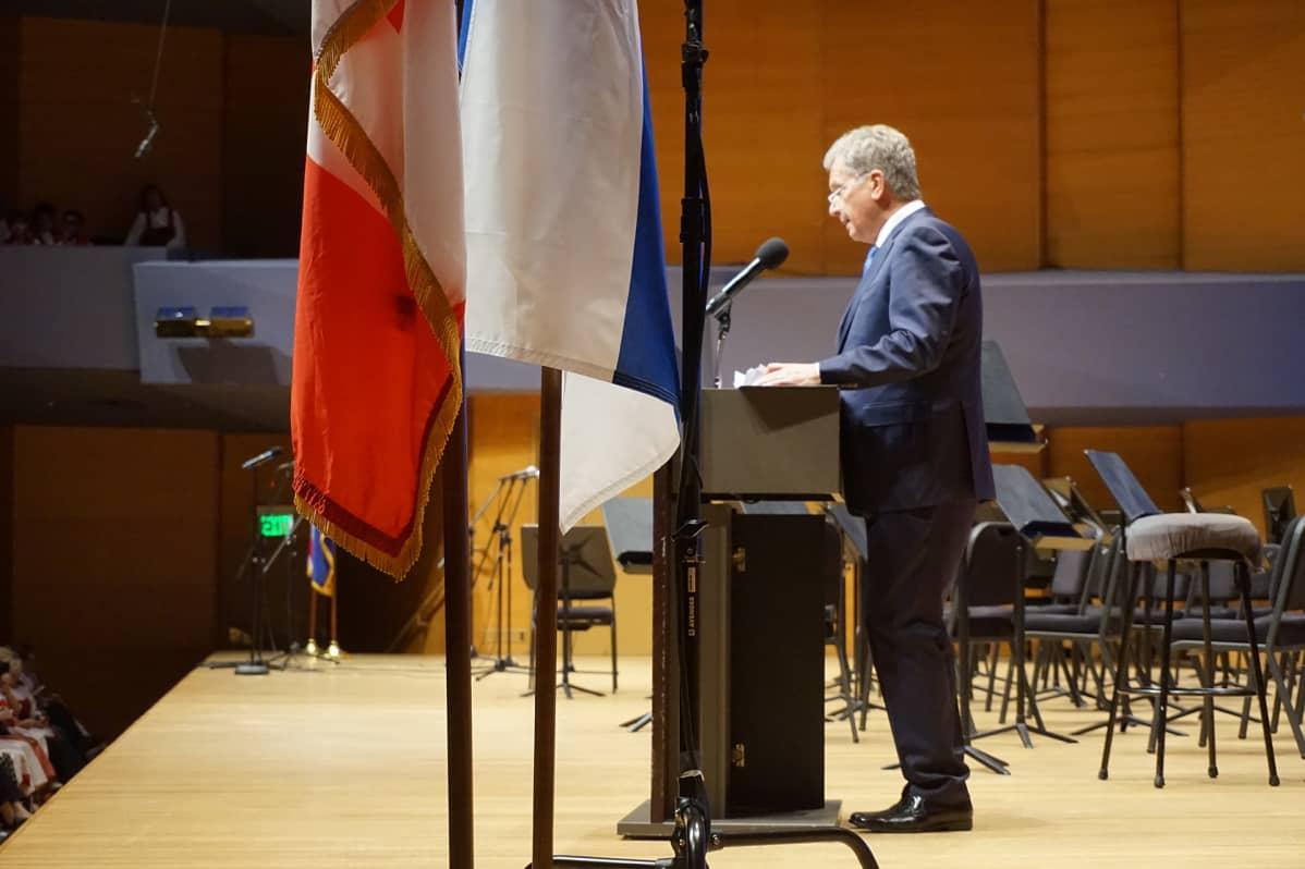Sauli Niinistö puhumassa Minnesotan konserttisalilla.
