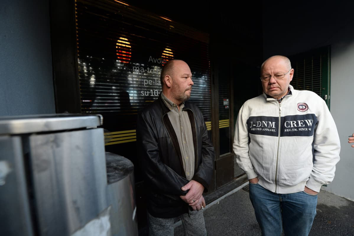 Timo Lattu (vas.), joka sai luodin vasempaan lapaluuhunsa ja Janne Lattu, joka oli ampumishetkellä myös baarissa Pub Kärryn ulkopuolella Vantaalla 4. joulukuuta 2017.