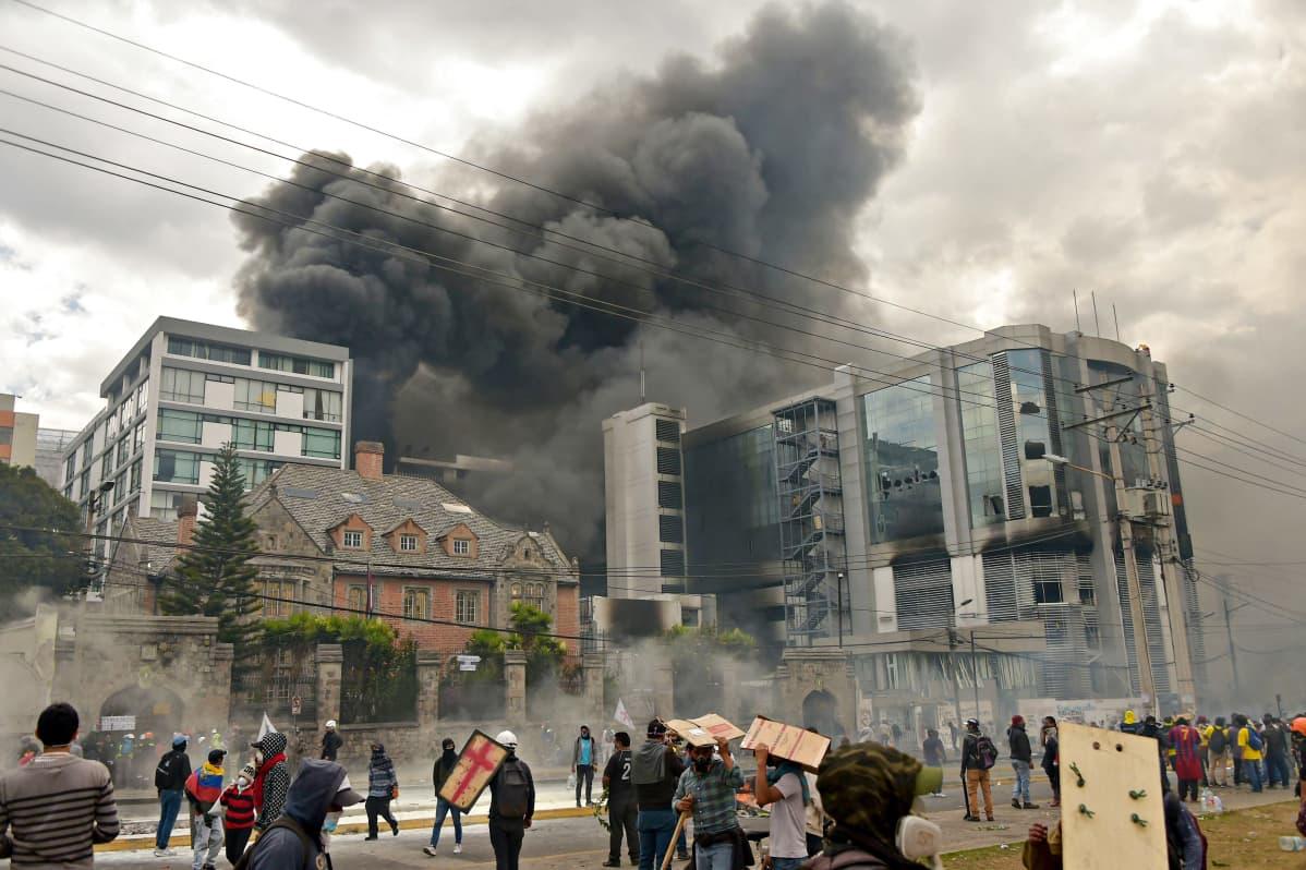 Savu nousee Yleisen valvontatoimiston rakennuksen takaa, kun mielenosoittajat ovat tunkeutuneet sisään rakennukseen lauantaina 12. lokakuuta 2019.