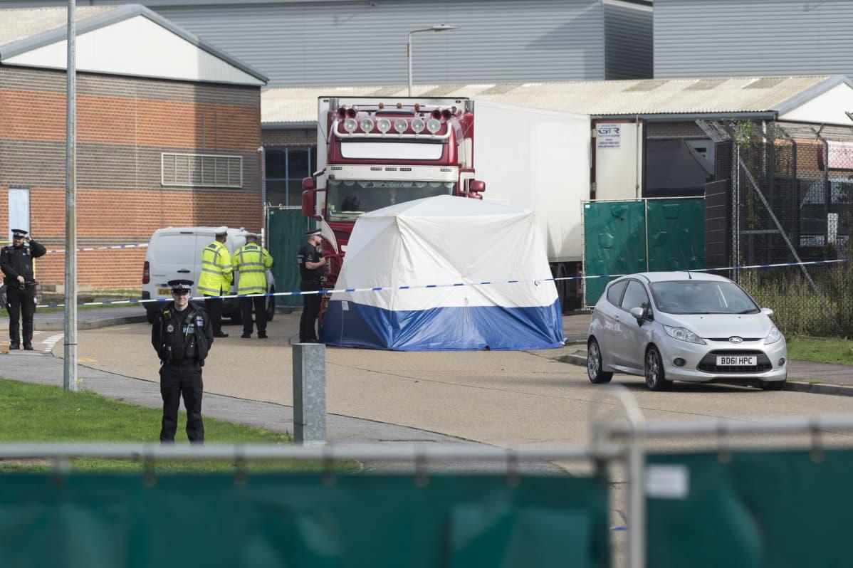 Rekka, jonka edessä poliiseja ja rikostutkijoiden teltta.