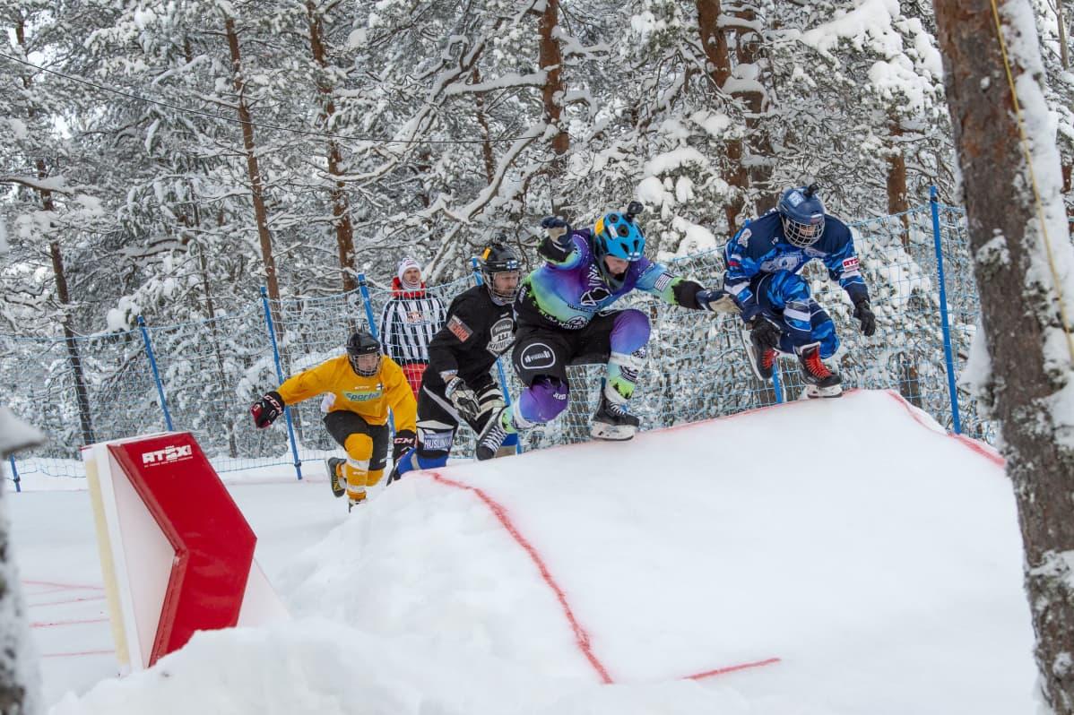 Alamäkiluistelun osanottajia Rautalammilla MM-osakilpailussa vuonna 2019.
