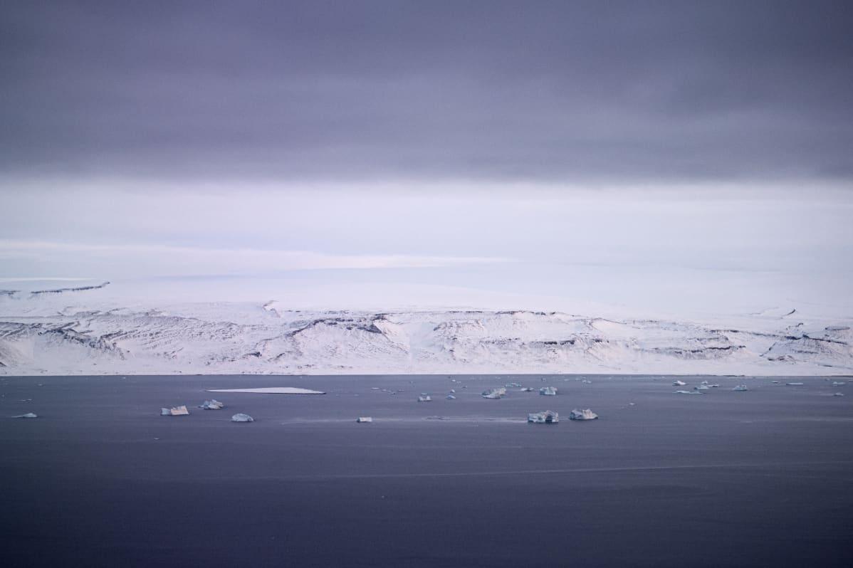 Merta, vastarannalla lumipeitteistä maata.
