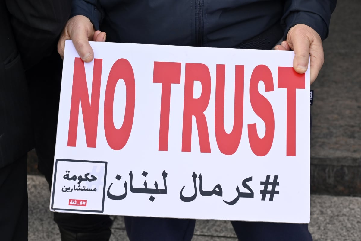 Mielenosoittaja Beirutissa, Libanonin suurlähetystön edessä. Mielenosoittajat vaativat, että Sveitsi paljastaa ne libanonilaiset poliitikot, jotka ovat kavaltaneet kotimaastaan varoja ja siirtäneet ne Sveitsiin.