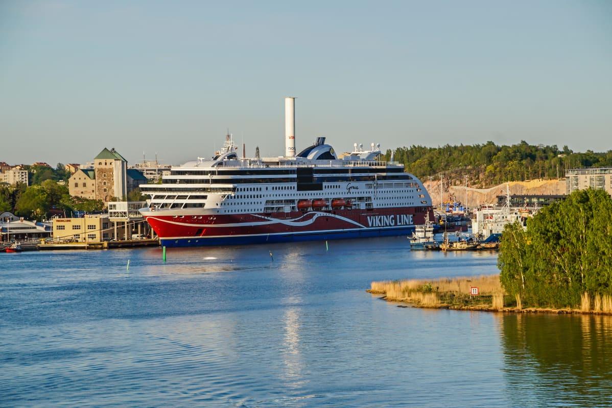 Viking Grace alus Turun satamassa.