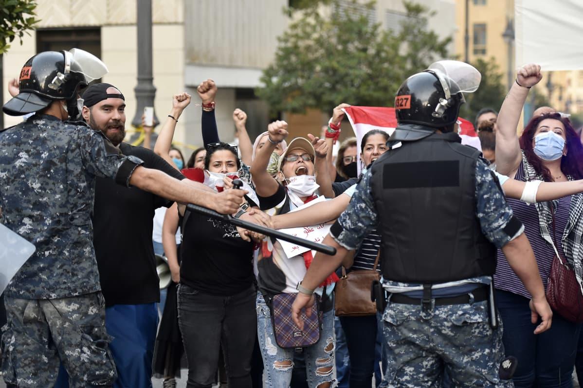 Hariria vastustavat mielenosoittajat Beirutissa keskiviikkona.