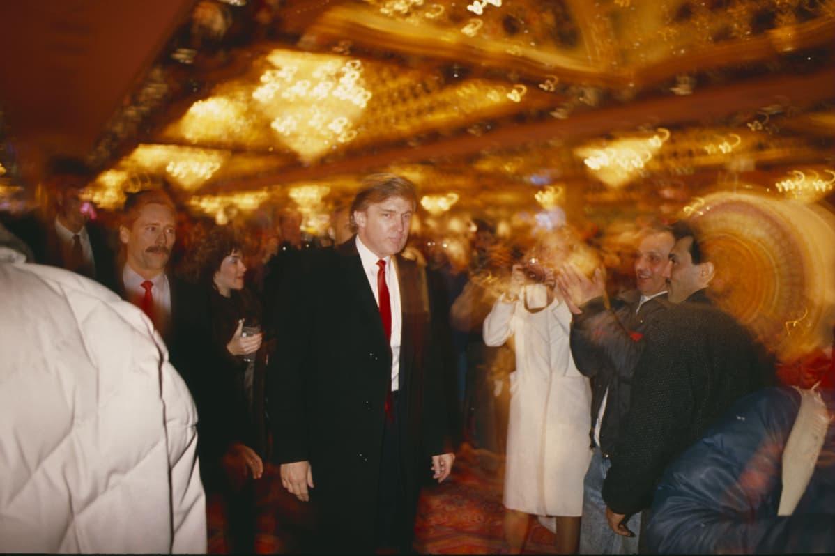 Donald Trump kävelee Taj Mahal Casinossaan vuonna 1990.
