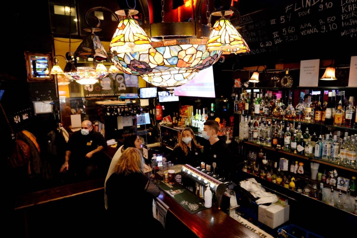 Asiakkaita yökahvilassa karaokebaari Populuksessa Helsingissä