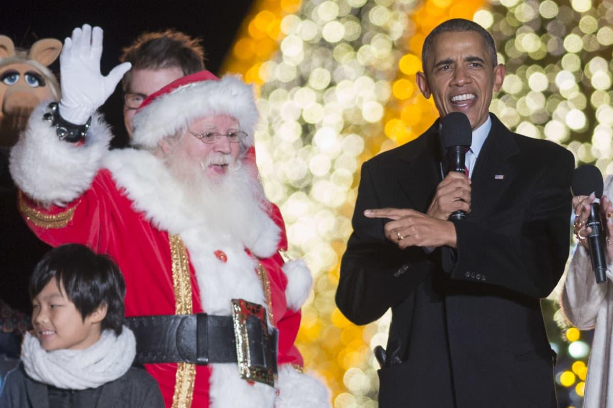 Presidentti Barack Obama 3. joulukuuta 2015 Valkoisen talon joulukuusen valojen sytyttämistilaisuudessa.