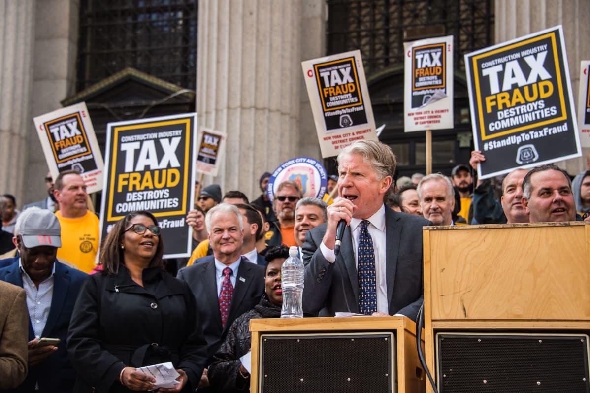 New Yorkin Manhattanin alueen piirisyyttäjä Cyrus Vance puhuu veronkiertoa vastustavassa mielenosoituksessa New Yorkissa huhtikuussa 2019.