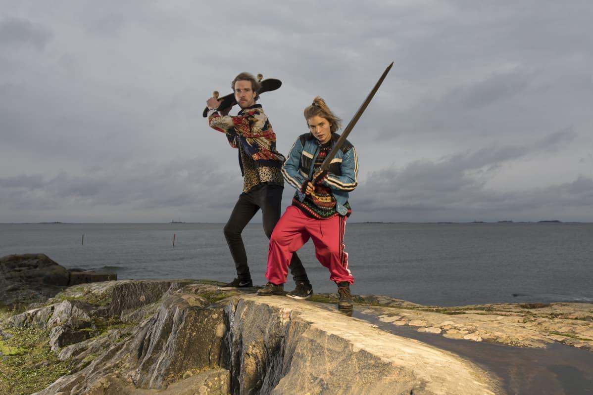 Tomi Alatalo ja Marja Salo esiintyvät Juha Hurmeen kirjoittamassa ja ohjaamassa Lemminkäisessä, joka saa ensi-iltansa Suomen Kansallisteatterissa.