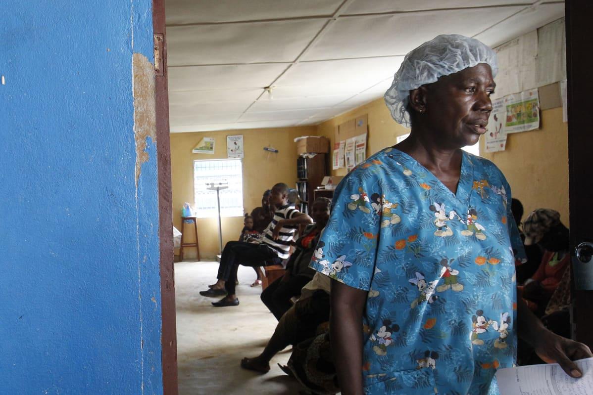 Hoitaja kävelee liberialaisessa sairaalassa.