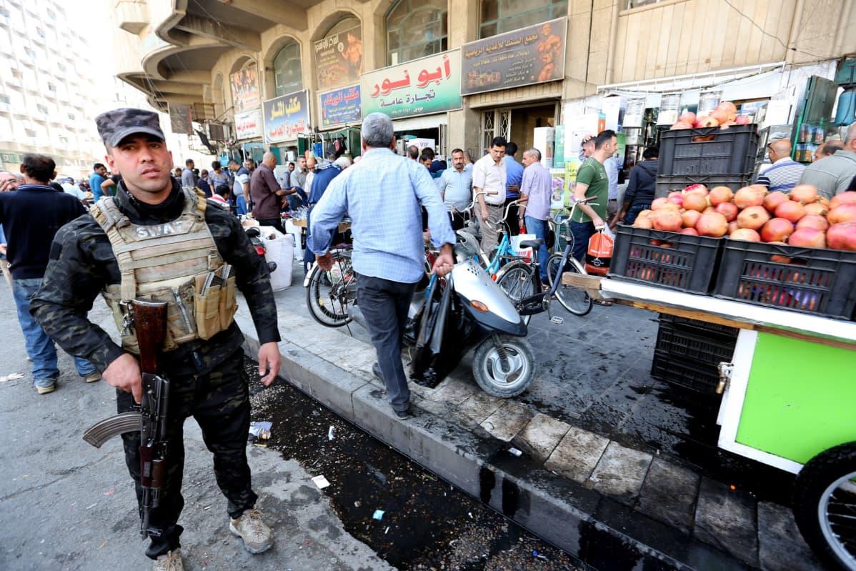 Sotilas vartioi torikauppaa Irakin pääkaupungissa Bagdadissa.