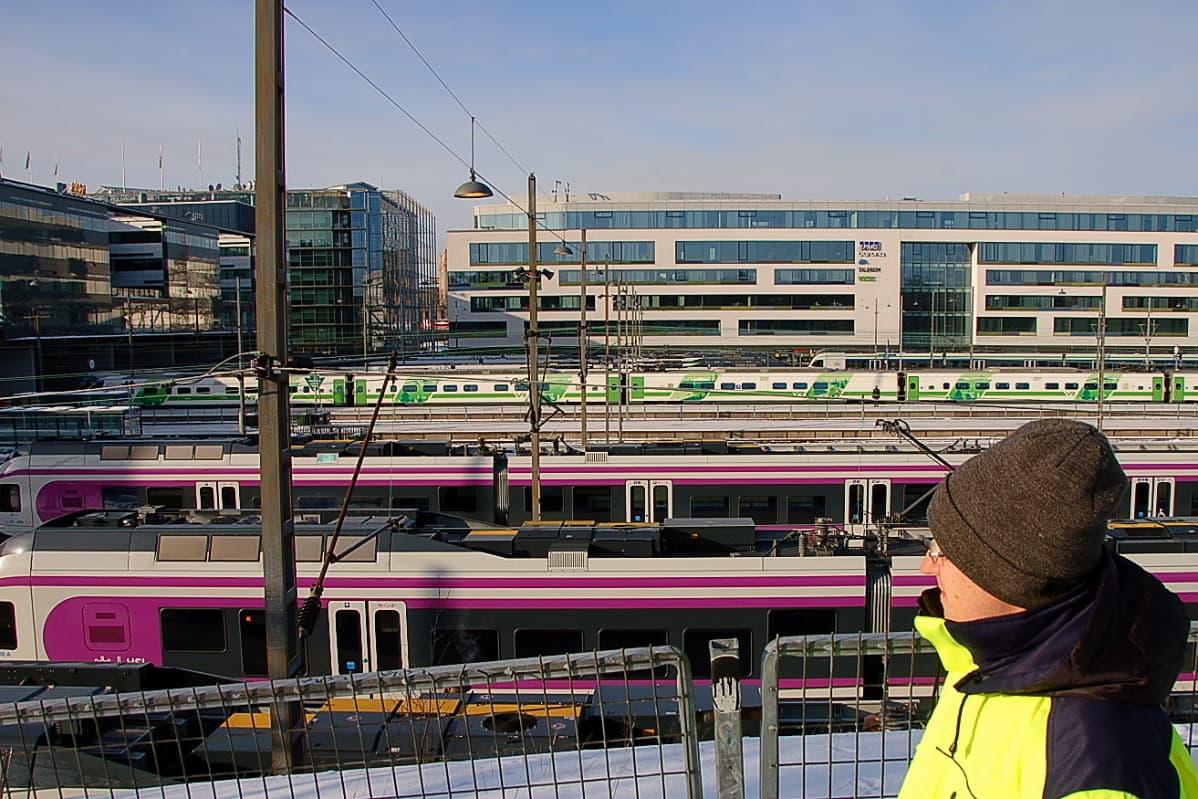 Projektinjohtaja Olli-Pekka Aallon mukaan Helsinki selvittänyt jo vuosia eri siltavaihtoehtoja Kaisaniemen ja Töölönlahden välillä.