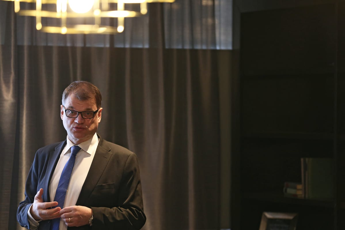 Pääministeri Juha Sipilä keskustelee toimittajien kanssa Turussa.
