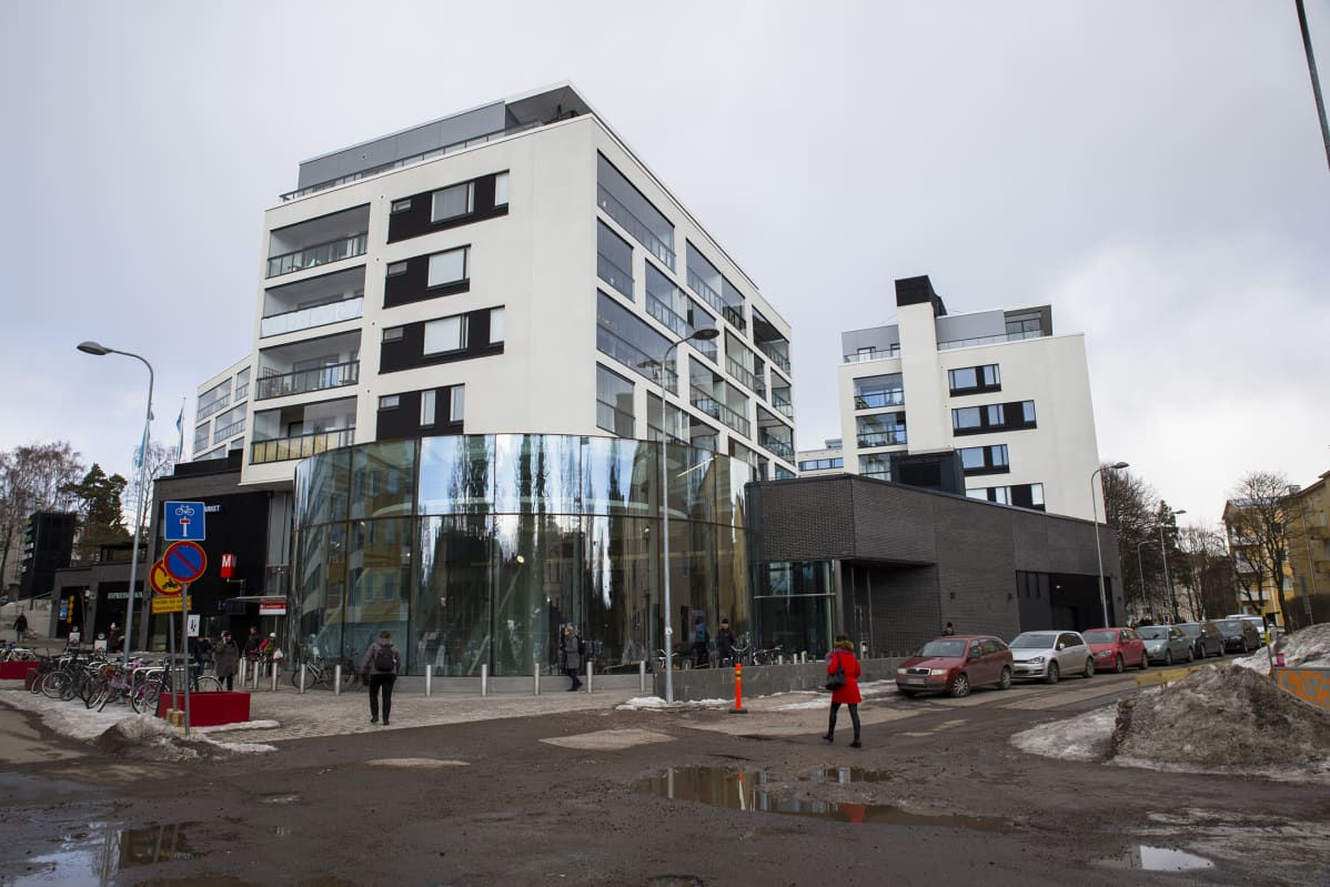 Lauttasaaren metroaseman päälle ja tuntumaan on rakennettu paljon uusia asuntoja.