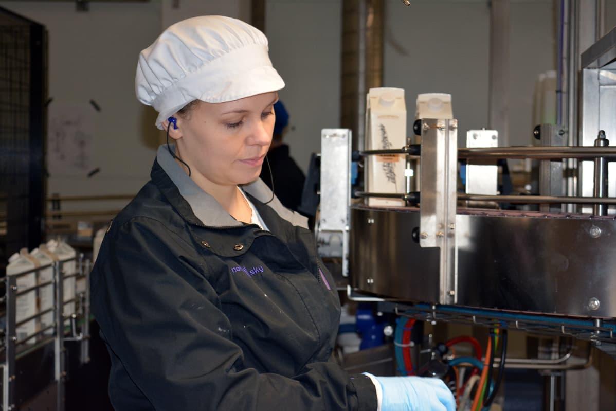 Operaattori Jenni Ketelälle kaurajuomalinja on Juustoportin tehtaalla jo neljäs tuotantolinja, jota hän on ollut ottamassa käyttöön.