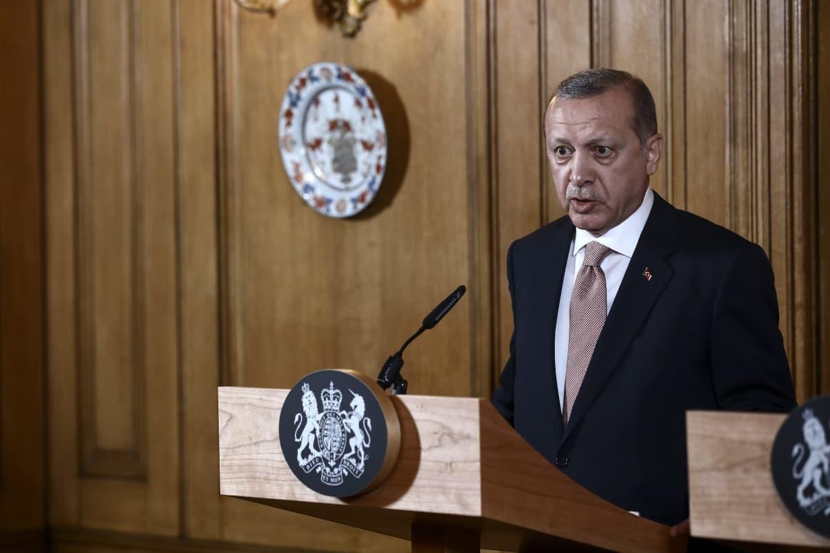 Turkin presidentti Recep Tayyip Erdogan lehdistötilaisuudessa