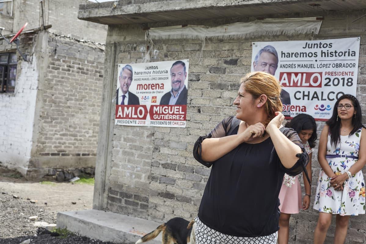 Naiset meksikolainen lesbo palokka absintti.