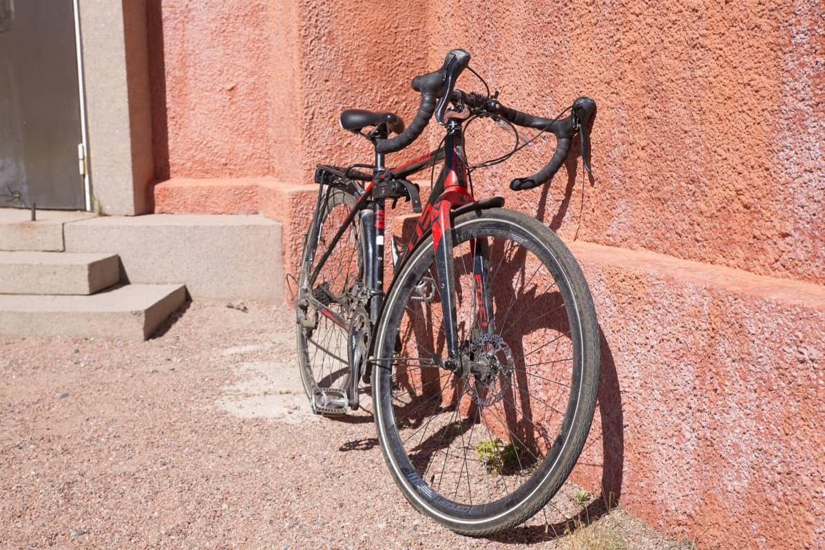 Pyörä nojaamassa Hangon vesitornia vasten.