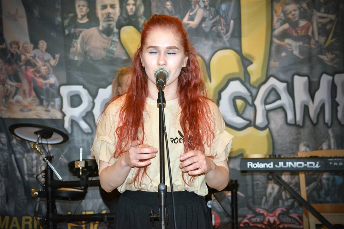 Leiriläinen Venla Sippola laulaa Rock Campilla Alavudella.