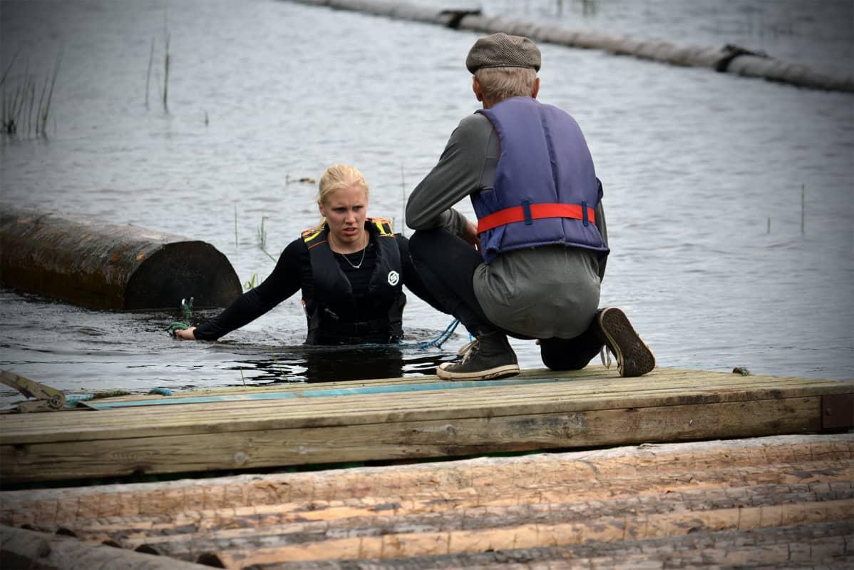MIlla Sulkakoski treenaamassa tukinuiton SM-kisoihin Evijärvellä kouluttaja Reijo Saaren kanssa.