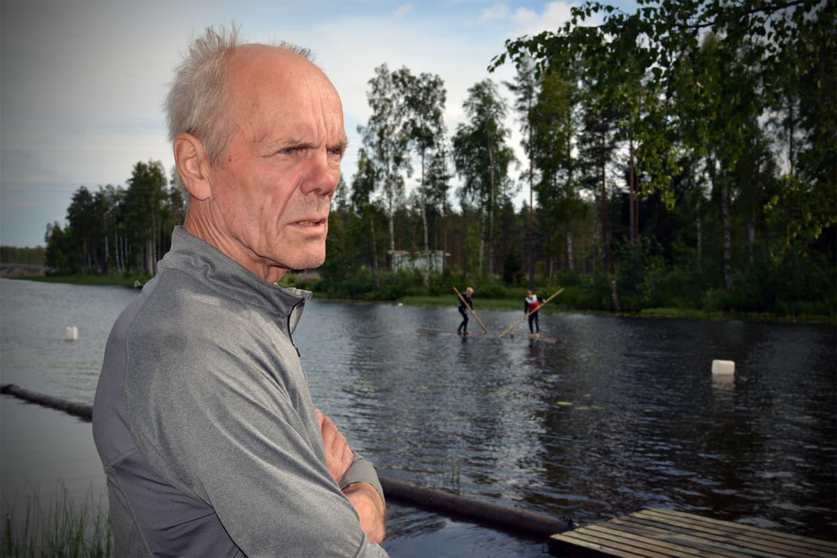 Evijärveläinen Reijo Saari on eläkkeellä oleva uittomies, joka jakaa nyt tietoa ja taitoa nuorille.