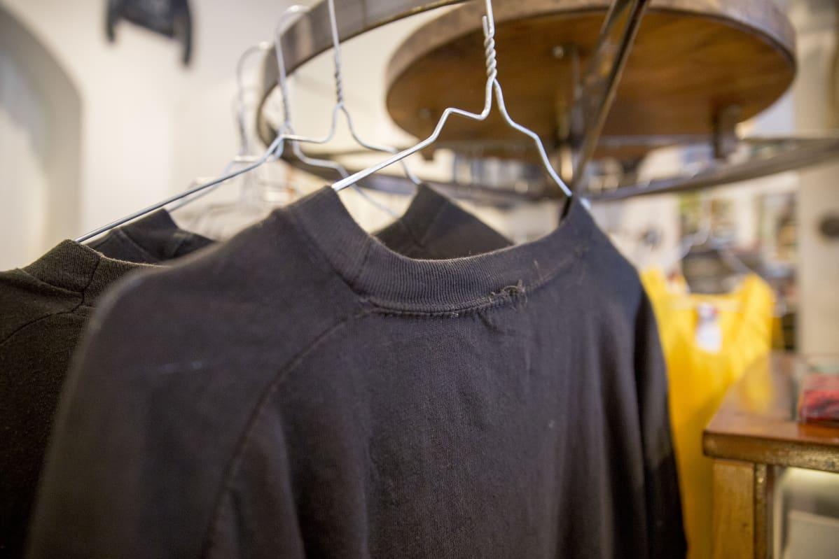 Musta t-paita helsinkiläisessä Variety vintageliikkeessä.